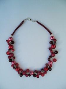 02183 parelketting bordeaux rood fuchsiaacryl en glasparels