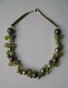 02187 parelketting olijfgroen limegroen acryl en glasparels