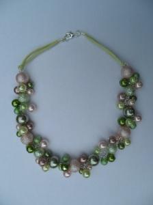 02282 parelketting roze en groen glas en acryl parels